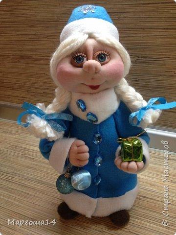 Здравствуйте,Страна Мастеров!!! Сегодня показываю изготовленные  игрушки-подарочки к Новому году. Сшила несколько небольших снеговичков ,ростик у них 10-11см. Ручки из проволоки можно согнуть  и вставить новогодний флажок))) фото 11