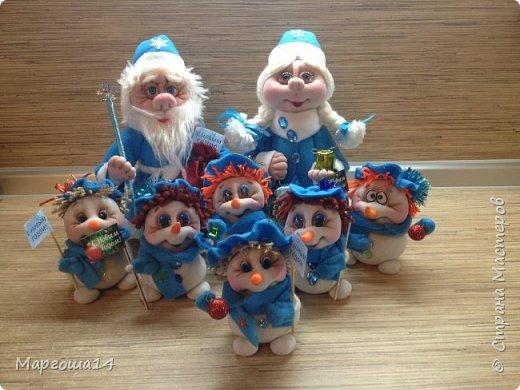 Здравствуйте,Страна Мастеров!!! Сегодня показываю изготовленные  игрушки-подарочки к Новому году. Сшила несколько небольших снеговичков ,ростик у них 10-11см. Ручки из проволоки можно согнуть  и вставить новогодний флажок))) фото 15