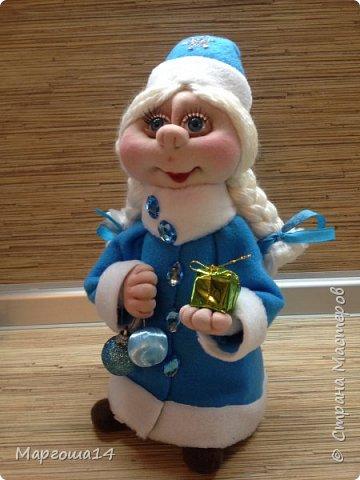 Здравствуйте,Страна Мастеров!!! Сегодня показываю изготовленные  игрушки-подарочки к Новому году. Сшила несколько небольших снеговичков ,ростик у них 10-11см. Ручки из проволоки можно согнуть  и вставить новогодний флажок))) фото 12