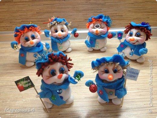 Здравствуйте,Страна Мастеров!!! Сегодня показываю изготовленные  игрушки-подарочки к Новому году. Сшила несколько небольших снеговичков ,ростик у них 10-11см. Ручки из проволоки можно согнуть  и вставить новогодний флажок))) фото 8