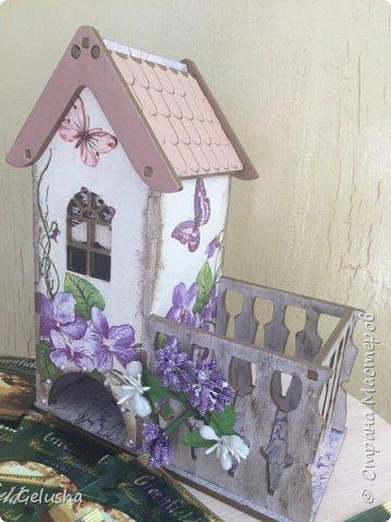Всем привет! Представляю Вам мою чайную коллекцию, очень люблю заготовки домика с маленькой конфетницей.  Вот первый домик- структурная паста на крыше, кружево, бусины, цветы фото 2