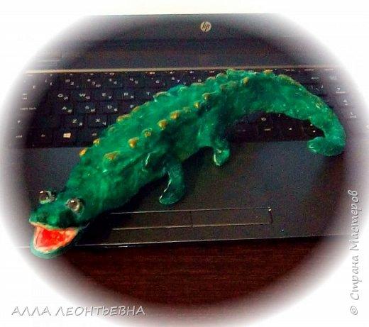Елку -то украшать надо! вот  первая проба из ваты...выбрала крокодильчика-так как знакома уже с  его пропорциями по лепке из бетона....Навыков,конечно,еще нет..но впереди два месяца! фото 1
