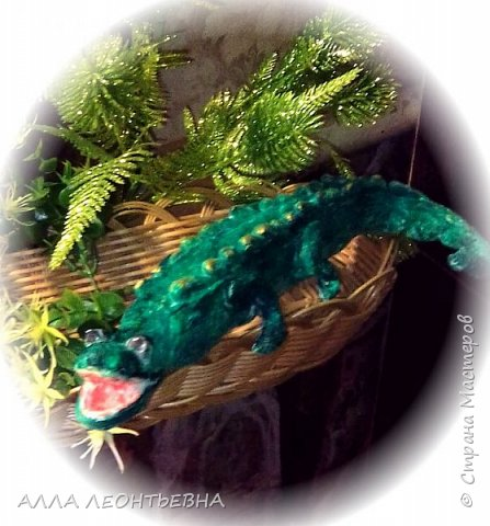 Елку -то украшать надо! вот  первая проба из ваты...выбрала крокодильчика-так как знакома уже с  его пропорциями по лепке из бетона....Навыков,конечно,еще нет..но впереди два месяца! фото 2