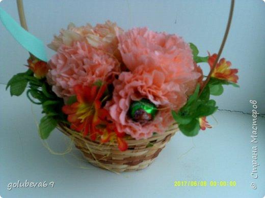 Корзинка с цветами и конфетами. фото 2