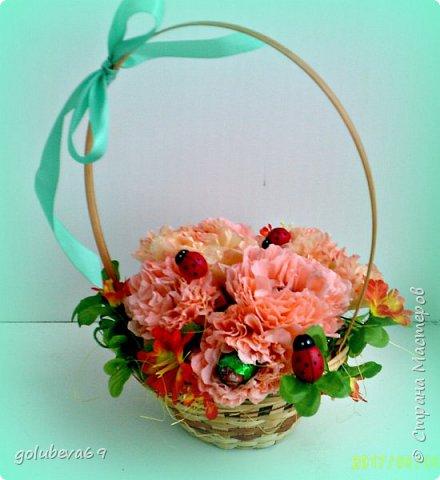 Корзинка с цветами и конфетами. фото 1