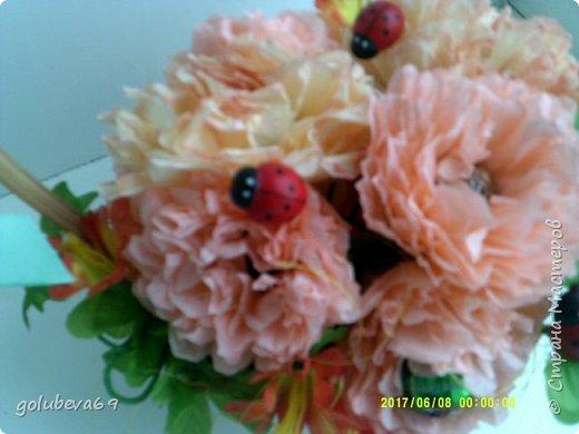 Корзинка с цветами и конфетами. фото 3