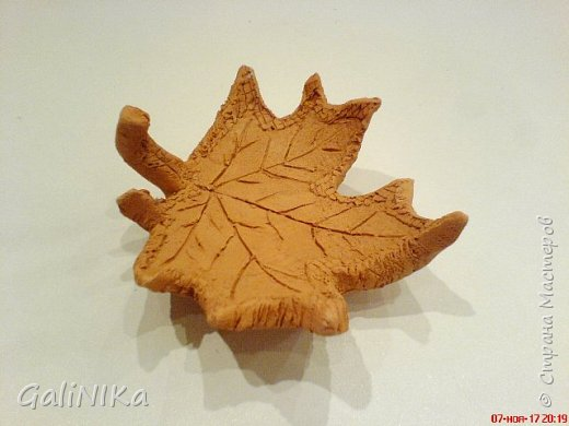 Хороший был сегодня день!  Раскрасила я утром лист кленовый, запечатлённый в глине.  фото 3