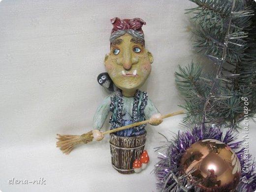 Ну вот и слепилась у меня очередная новогодняя елочная игрушка. Страшная-престрашная Баба Яга, сказочный персонаж из детских книг, старуха, владеющая волшебными предметами и наделённая магической силой. фото 1