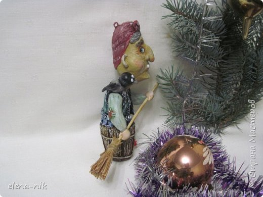 Ну вот и слепилась у меня очередная новогодняя елочная игрушка. Страшная-престрашная Баба Яга, сказочный персонаж из детских книг, старуха, владеющая волшебными предметами и наделённая магической силой. фото 2