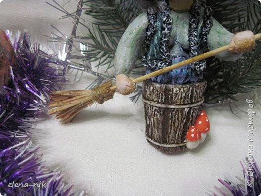 Ну вот и слепилась у меня очередная новогодняя елочная игрушка. Страшная-престрашная Баба Яга, сказочный персонаж из детских книг, старуха, владеющая волшебными предметами и наделённая магической силой. фото 6
