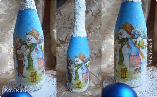 В преддверии Нового года решила вложить бутылочки прошлых лет... А почему бы и нет))) Моя любимая)) Делалась в подарок брату 6 лет назад!  Впервые выполнила на ней обратный декупаж! снежок имитировала с помощью манки и акриловой краски)  использовала свою любимую салфеточку, вот тут еще вариант ее использования http://stranamasterov.ru/node/871322  как жаль что больше ее нигде не нахожу..  фото 2