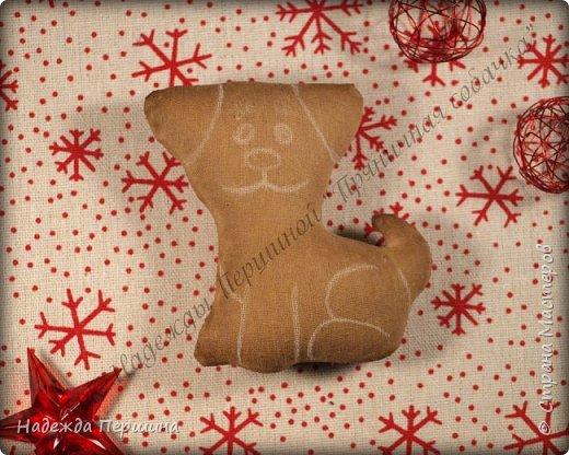 Наверное, для меня это стало уже традицией. С приближением новогодних праздников закатываю рукава и пеку пряники. Вернее, не пеку, а шью:)  Сегодня я хочу поделиться с вами изготовлением милой пряничной собачки.  фото 12