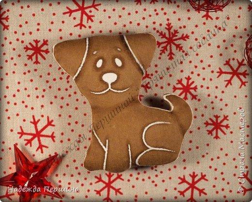 Наверное, для меня это стало уже традицией. С приближением новогодних праздников закатываю рукава и пеку пряники. Вернее, не пеку, а шью:)  Сегодня я хочу поделиться с вами изготовлением милой пряничной собачки.  фото 14