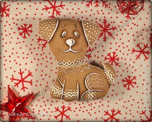 Наверное, для меня это стало уже традицией. С приближением новогодних праздников закатываю рукава и пеку пряники. Вернее, не пеку, а шью:)  Сегодня я хочу поделиться с вами изготовлением милой пряничной собачки.  фото 17
