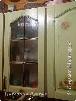 Шкаф на кухню в частном доме.  Был он темно-коричневый, когда-то полированный,но  со временем облез и решили мы его перекрасить.  Фото до... не сохранилось, я его случайно удалила.  Приглашаю посмотреть,что у меня получилось. Цвет  немного изменил лак, который оказалось желтит, хотя производители и клялись на этикетке, что без желтизны. фото 7