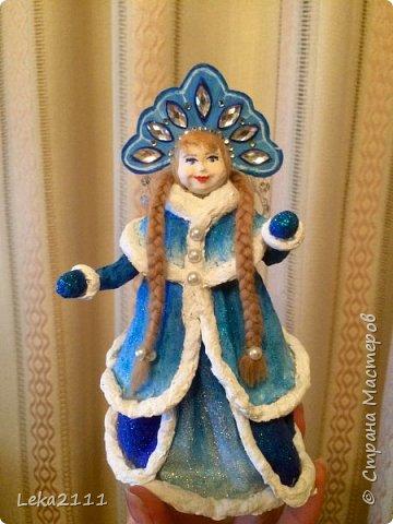 Добрый день. Продолжаем работы с нашей Снегурочкой. http://stranamasterov.ru/node/1119110. Для себя поняла, что делать по какому-то шаблону это очень сложно, так как идеи для предыдущих кукол я брала из головы. Поэтому Снегурочка мне показалась немного не такой, какой я ее видела на шаблоне..  После того как она высохла, я поняла, что не могу поменять форму одежды, так как мне она показалась очень объемной, поэтому оставила так.  Но, вроде, получилось славно. Разукрашивать я начала снизу,чтобы потом не запачкать лицо(печальный опыт). Так как процесс этот увлекательный и кропотливый я совсем забыла, что надо еще и фотографировать, но надеюсь вы и так поймете как это делается)))) фото 9