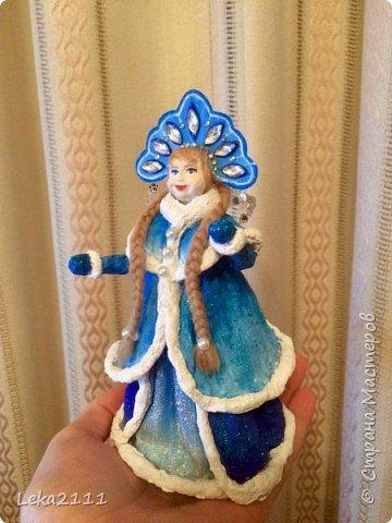 Добрый день. Продолжаем работы с нашей Снегурочкой. http://stranamasterov.ru/node/1119110. Для себя поняла, что делать по какому-то шаблону это очень сложно, так как идеи для предыдущих кукол я брала из головы. Поэтому Снегурочка мне показалась немного не такой, какой я ее видела на шаблоне..  После того как она высохла, я поняла, что не могу поменять форму одежды, так как мне она показалась очень объемной, поэтому оставила так.  Но, вроде, получилось славно. Разукрашивать я начала снизу,чтобы потом не запачкать лицо(печальный опыт). Так как процесс этот увлекательный и кропотливый я совсем забыла, что надо еще и фотографировать, но надеюсь вы и так поймете как это делается)))) фото 8