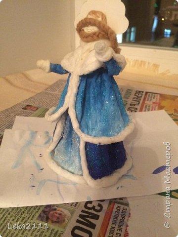 Добрый день. Продолжаем работы с нашей Снегурочкой. http://stranamasterov.ru/node/1119110. Для себя поняла, что делать по какому-то шаблону это очень сложно, так как идеи для предыдущих кукол я брала из головы. Поэтому Снегурочка мне показалась немного не такой, какой я ее видела на шаблоне..  После того как она высохла, я поняла, что не могу поменять форму одежды, так как мне она показалась очень объемной, поэтому оставила так.  Но, вроде, получилось славно. Разукрашивать я начала снизу,чтобы потом не запачкать лицо(печальный опыт). Так как процесс этот увлекательный и кропотливый я совсем забыла, что надо еще и фотографировать, но надеюсь вы и так поймете как это делается)))) фото 2
