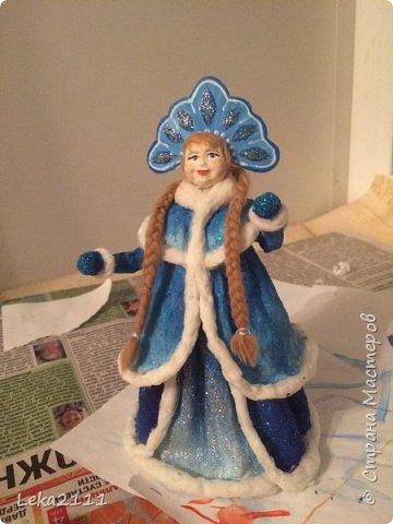Добрый день. Продолжаем работы с нашей Снегурочкой. http://stranamasterov.ru/node/1119110. Для себя поняла, что делать по какому-то шаблону это очень сложно, так как идеи для предыдущих кукол я брала из головы. Поэтому Снегурочка мне показалась немного не такой, какой я ее видела на шаблоне..  После того как она высохла, я поняла, что не могу поменять форму одежды, так как мне она показалась очень объемной, поэтому оставила так.  Но, вроде, получилось славно. Разукрашивать я начала снизу,чтобы потом не запачкать лицо(печальный опыт). Так как процесс этот увлекательный и кропотливый я совсем забыла, что надо еще и фотографировать, но надеюсь вы и так поймете как это делается)))) фото 5