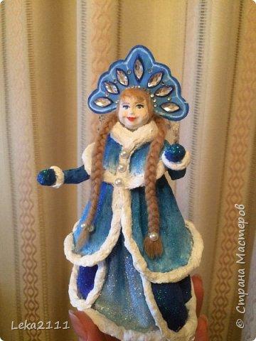 Добрый день. Продолжаем работы с нашей Снегурочкой. http://stranamasterov.ru/node/1119110. Для себя поняла, что делать по какому-то шаблону это очень сложно, так как идеи для предыдущих кукол я брала из головы. Поэтому Снегурочка мне показалась немного не такой, какой я ее видела на шаблоне..  После того как она высохла, я поняла, что не могу поменять форму одежды, так как мне она показалась очень объемной, поэтому оставила так.  Но, вроде, получилось славно. Разукрашивать я начала снизу,чтобы потом не запачкать лицо(печальный опыт). Так как процесс этот увлекательный и кропотливый я совсем забыла, что надо еще и фотографировать, но надеюсь вы и так поймете как это делается)))) фото 7