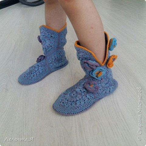Домашняя обувь ручной работы. Вязаные тапочки-сапожки фото 1