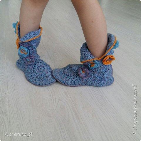 Домашняя обувь ручной работы. Вязаные тапочки-сапожки фото 2