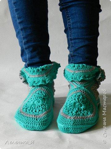 Домашняя обувь ручной работы. Вязаные тапочки-сапожки фото 4