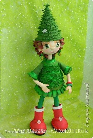 В преддверии Нового года родилась у меня новая девочка-Ёлочка. Девочка не маленькая, без шапочки 35 см ростом, а в шапочке все 45. Куколка не игровая, больше интерьерная. Ручки гнутся, шапочка, браслетики и подарочный пакетик- съёмные. Правда, пакетик я потом сменила, сделала другой. фото 11