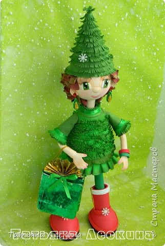 В преддверии Нового года родилась у меня новая девочка-Ёлочка. Девочка не маленькая, без шапочки 35 см ростом, а в шапочке все 45. Куколка не игровая, больше интерьерная. Ручки гнутся, шапочка, браслетики и подарочный пакетик- съёмные. Правда, пакетик я потом сменила, сделала другой. фото 1