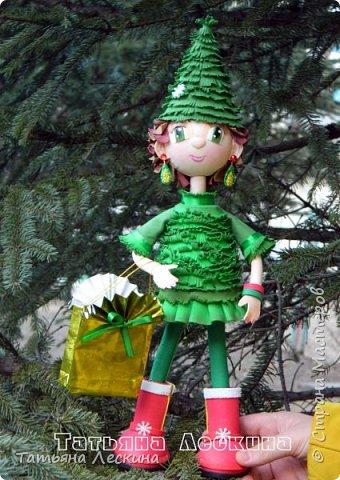 В преддверии Нового года родилась у меня новая девочка-Ёлочка. Девочка не маленькая, без шапочки 35 см ростом, а в шапочке все 45. Куколка не игровая, больше интерьерная. Ручки гнутся, шапочка, браслетики и подарочный пакетик- съёмные. Правда, пакетик я потом сменила, сделала другой. фото 15