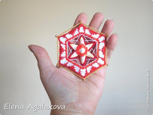 Сегодня я хочу показать, миниатюрные мандалы на трех палочках, они получаются шестилучевые. Такие мандалы можно использовать как оригинальные украшения к празднику.  фото 5