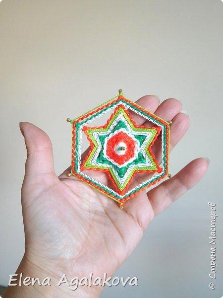 Сегодня я хочу показать, миниатюрные мандалы на трех палочках, они получаются шестилучевые. Такие мандалы можно использовать как оригинальные украшения к празднику.  фото 1