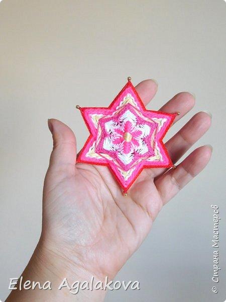 Сегодня я хочу показать, миниатюрные мандалы на трех палочках, они получаются шестилучевые. Такие мандалы можно использовать как оригинальные украшения к празднику.  фото 3