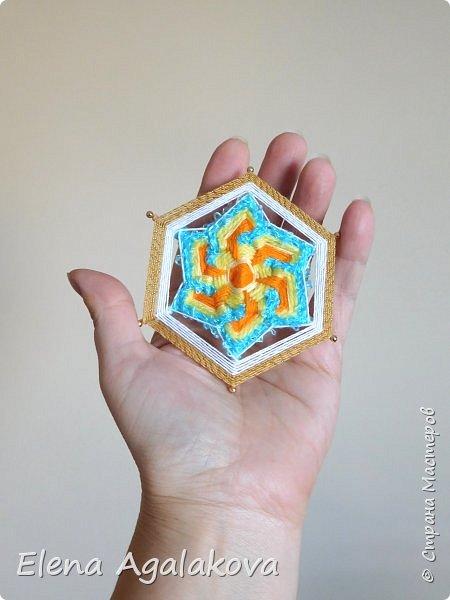 Сегодня я хочу показать, миниатюрные мандалы на трех палочках, они получаются шестилучевые. Такие мандалы можно использовать как оригинальные украшения к празднику.  фото 2