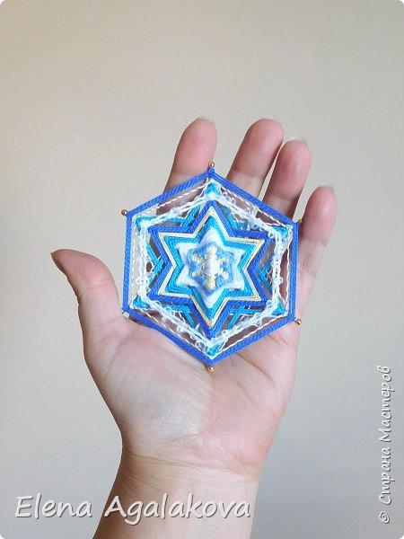 Сегодня я хочу показать, миниатюрные мандалы на трех палочках, они получаются шестилучевые. Такие мандалы можно использовать как оригинальные украшения к празднику.  фото 7