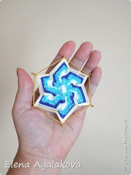 Сегодня я хочу показать, миниатюрные мандалы на трех палочках, они получаются шестилучевые. Такие мандалы можно использовать как оригинальные украшения к празднику.  фото 4