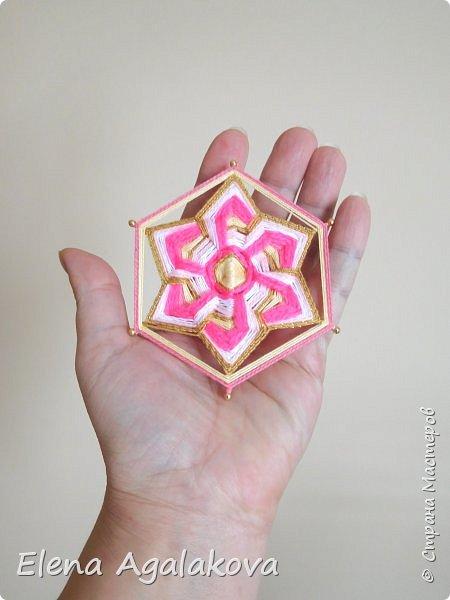Сегодня я хочу показать, миниатюрные мандалы на трех палочках, они получаются шестилучевые. Такие мандалы можно использовать как оригинальные украшения к празднику.  фото 6