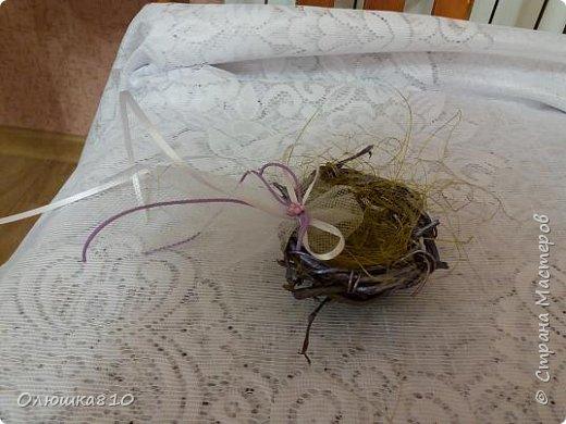 """Здравствуйте. Поступил заказ на """"сиреневую свадьбу"""" с использованием экоматериалов, т.к. церемония на открытом воздухе, в агроусадьбе. Вот что в итоге получилось. Делала впервые, пришлось научиться плести из ивовой лозы. Это гнездышко для обручальных колец, по размеру самое большое. Делала на выбор, что понравится. Использовано: ивовая лоза, утром рвала, днем уже плела, не замачивала, так хорошо сплелось. Сухие цветы, шишка, лента, сизаль, бусины, проволока, веточка хвои и сиреневые металлизированные акриловые краски. фото 10"""