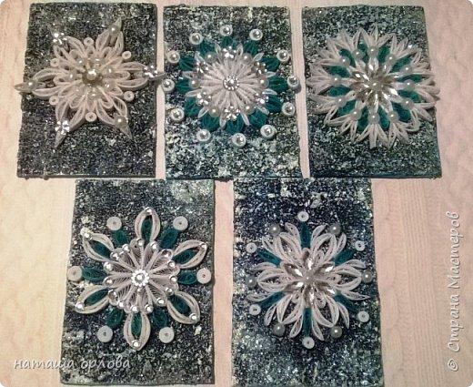 Здравствуйте дорогие друзья! Сегодня я хочу показать вам свою новую серию карточек АТС. Карточки выполнены в технике квиллинг из бумажных полос 3мм. Основа морской песок, несколько слоёв акриловой краски и блёстки.  Украшены снежинки стразами и перламутр овами бусинками.Фото бледноваты на самом деле карточки ярче. Приглашаю к выбору первой Машу Соколовскую. фото 1