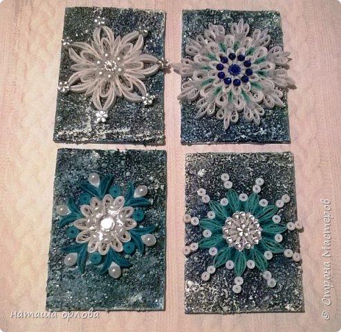 Здравствуйте дорогие друзья! Сегодня я хочу показать вам свою новую серию карточек АТС. Карточки выполнены в технике квиллинг из бумажных полос 3мм. Основа морской песок, несколько слоёв акриловой краски и блёстки.  Украшены снежинки стразами и перламутр овами бусинками.Фото бледноваты на самом деле карточки ярче. Приглашаю к выбору первой Машу Соколовскую. фото 2