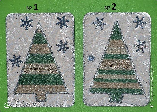 Сегодня у меня ёлочки из джута. Основа карточек картон + обои, ёлочка - картон + джут разных цветов, снежинки - пайетки. Думала украсить ёлочки и приклеить стразы или пайетки, но когда разложила - не понравилось, аляповато как то. Поэтому оставила так, только на ёлочку наклеила золотистое кружево и края ёлочек и карточки покрыла серебром... к тому же ёлочка ещё растёт в лесу, идёт снег... Вот как то так! фото 2