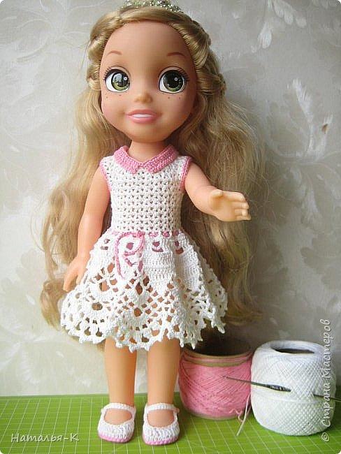 Обновки для куклы Рапунцель. Эта кукла живёт у меня, внучкам я тоже каждой подарила по такой же.  Вяжу наряды, а внучки потом забирают для своих кукол. Топик и юбочку вязала по заказу внучки, она тааааааак радовалась. фото 8