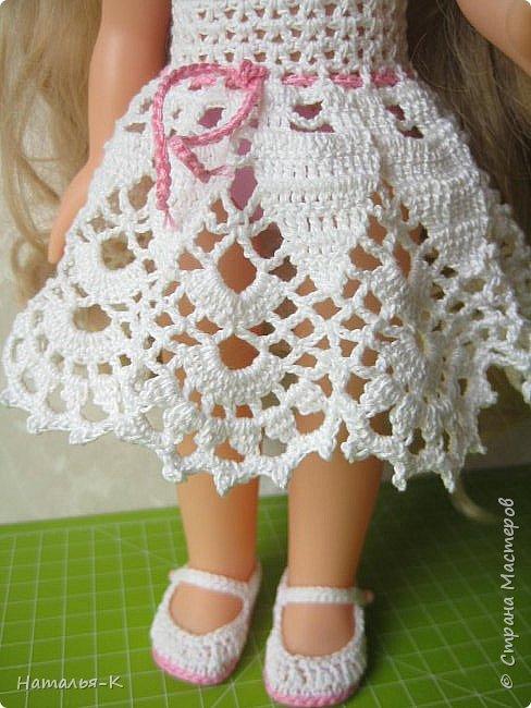 Обновки для куклы Рапунцель. Эта кукла живёт у меня, внучкам я тоже каждой подарила по такой же.  Вяжу наряды, а внучки потом забирают для своих кукол. Топик и юбочку вязала по заказу внучки, она тааааааак радовалась. фото 9