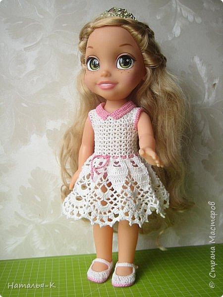 Обновки для куклы Рапунцель. Эта кукла живёт у меня, внучкам я тоже каждой подарила по такой же.  Вяжу наряды, а внучки потом забирают для своих кукол. Топик и юбочку вязала по заказу внучки, она тааааааак радовалась. фото 7