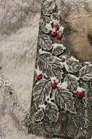 """Добрейшего всем дня! Я с новогодней подготовкой. Ключница. Заготовка их фанеры березовой, салфеточка с волком, """"лепнина"""" из Фимо самоотвердевающей, ягодки из Фимо запекаемой, фактура шпатлевкой Текс для дерева, снежок. фото 2"""