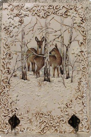 """Добрейшего всем дня! Я с новогодней подготовкой. Ключница. Заготовка их фанеры березовой, салфеточка с волком, """"лепнина"""" из Фимо самоотвердевающей, ягодки из Фимо запекаемой, фактура шпатлевкой Текс для дерева, снежок. фото 5"""