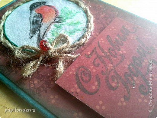 """Здравствуйте. Покажу сегодня вам простенькие открыточки, которые делала для """"своих"""". Использовала акварельные наброски снегирей (что-то вдруг потянуло на акварель:-), бумагу для пастели, скрапбумагу, надписи, штампы, ну и по-мелочи всякие шнурочки-бусинки, вырубку. фото 1"""