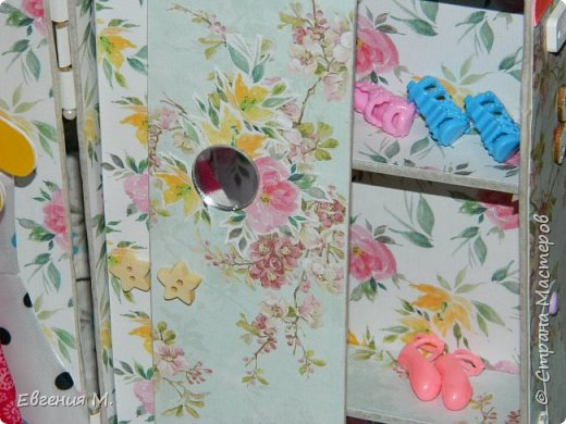 Получила Набор одежды и обуви с АлиЭкспрес и решила, что дарить в невзрачном пакетике не хочется и тогда появился вот такой шкафчик, крестница бала в восторге. фото 5
