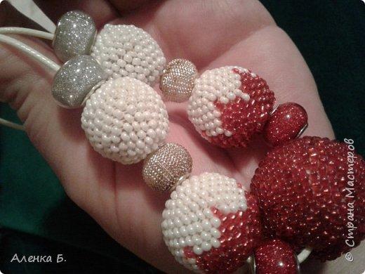 Вот такие бусики сплелись. Увидела в интернете шарик бело-красный.. а вышли целые бусы фото 3