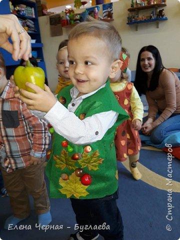 Сыночку 1,8, занимается в школе раннего развития с 11 месяцев. Преподаватель очень радостно объявил, что будет праздник - День осени. От мам требовалось одеть деток в одежду цветов осени (зелёный, желтый, оранжевый, красный, коричневый), но для мамы с творческой искоркой в душе этого показалось маловато ) фото 1
